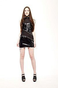 Gloss High Neck Gothic Lack Kleid